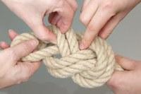Mains qui dénouent une corde