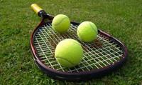 raquette et balles de tennis