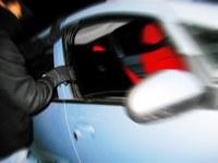 Photo d'un homme qui fracture une voiture